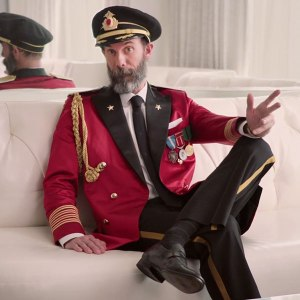 hotels-com-captain-obvious-caroling-commercial